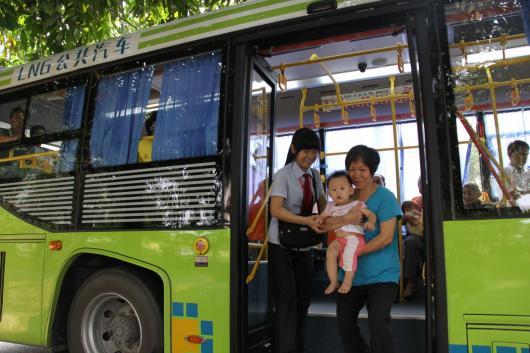 配图1:国庆节假日,乘务员搀扶老幼上下车,把关心乘客融入到日常工作中_副本.jpg